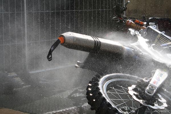 hay que tapar el escape cuando lavamos la moto